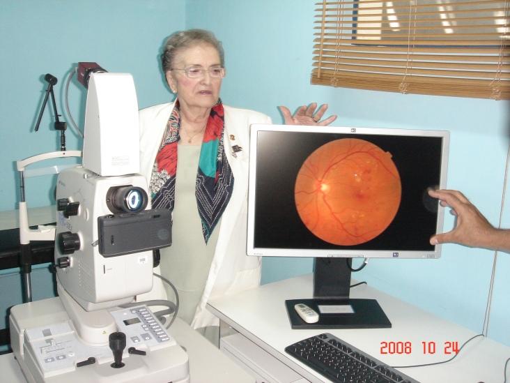 Margarita con ls donacion del equipo de retinologia a Fundadiabetes